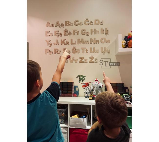 Abėcėlės raidės ant sienos...
